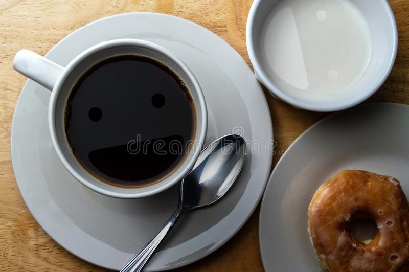 Szczęśliwa ranek kawa, śmietanka i pączek, obrazy royalty free