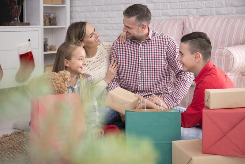 szczęśliwa rodzina świąteczne fotografia royalty free