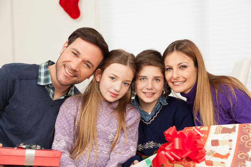 Szczęśliwa rodzina świętuje boże narodzenia obrazy royalty free