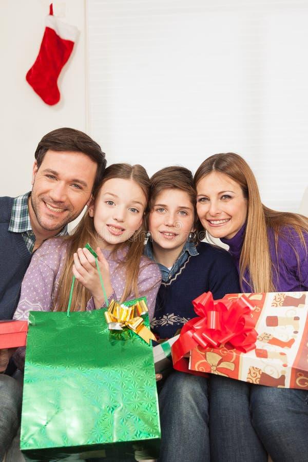 Szczęśliwa rodzina świętuje boże narodzenia zdjęcie royalty free