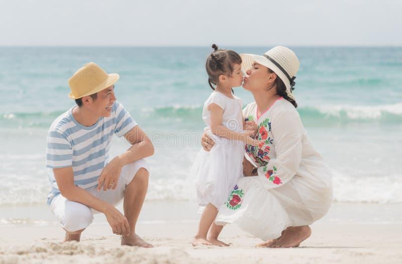 Szczęśliwa rodzina azjatycka na plaży obrazy stock