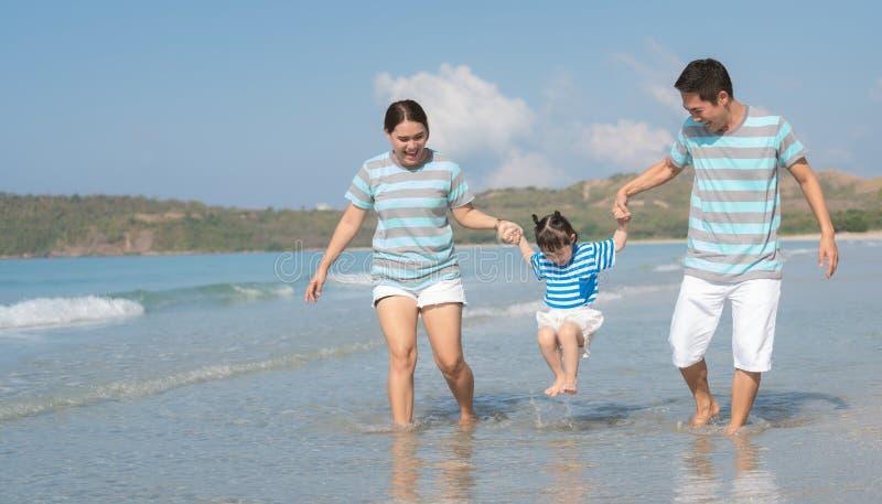 Szczęśliwa rodzina azjatycka na plaży fotografia royalty free