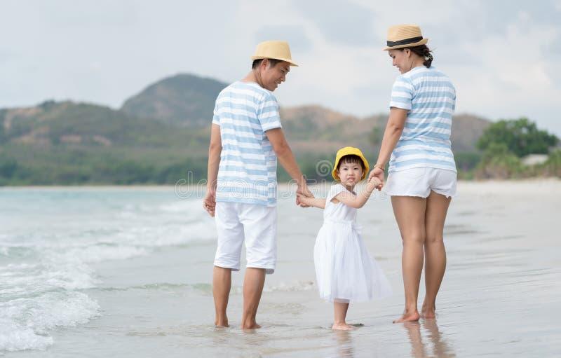 Szczęśliwa rodzina azjatycka na plaży zdjęcie stock