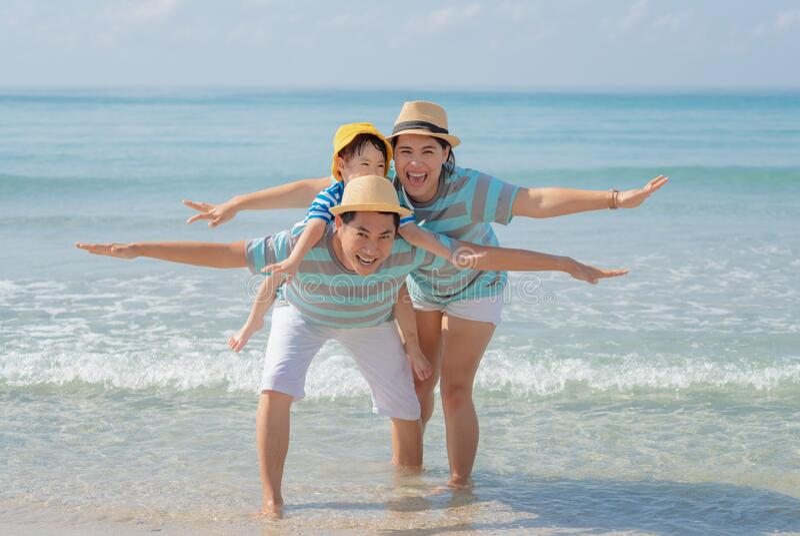 Szczęśliwa rodzina azjatycka na plaży zdjęcia royalty free