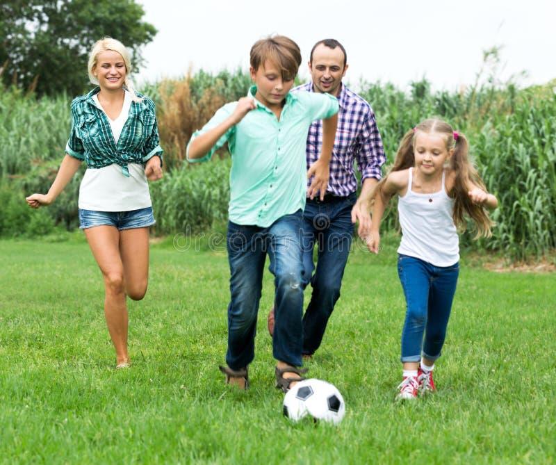 Szczęśliwa rodzina bawić się piłkę fotografia stock