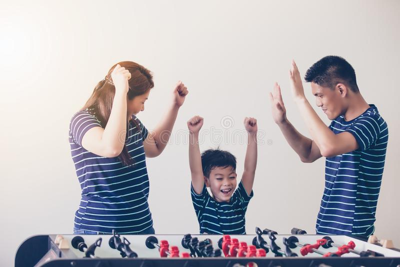 Szczęśliwa rodzina bawić się stołowego futbol dla relaksuje na wakacje w domu obrazy royalty free