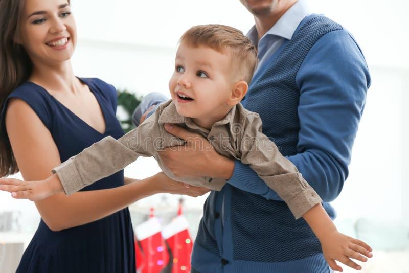 Szczęśliwa rodzina bawić się w domu na wigilii zdjęcia royalty free