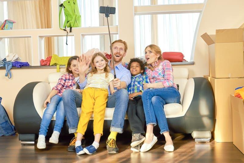 Szczęśliwa rodzina bierze selfie zdjęcia stock