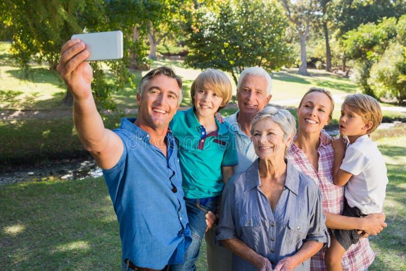 Szczęśliwa rodzina bierze selfie w parku zdjęcie stock