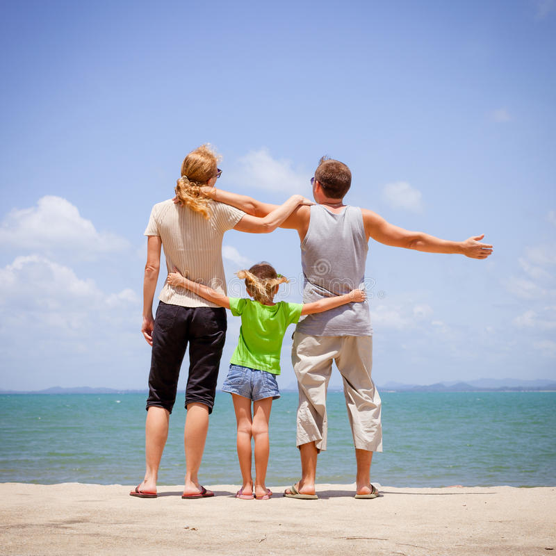 Download Szczęśliwa Rodzina Blisko Plaży Obraz Stock - Obraz złożonej z ludzie, plaża: 41953007