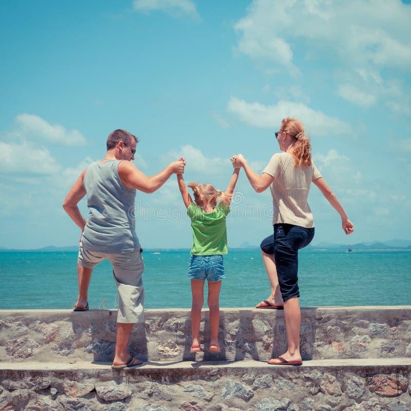 Download Szczęśliwa Rodzina Blisko Plaży Zdjęcie Stock - Obraz złożonej z dziecko, trochę: 41953044