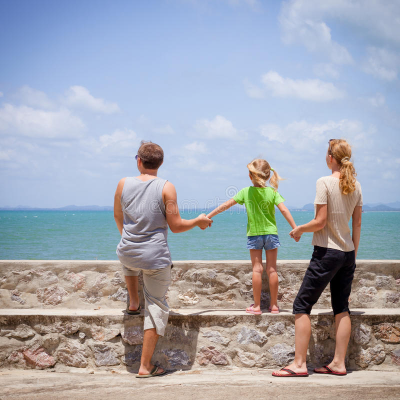 Download Szczęśliwa Rodzina Blisko Plaży Obraz Stock - Obraz złożonej z rozochocony, ojciec: 41953063