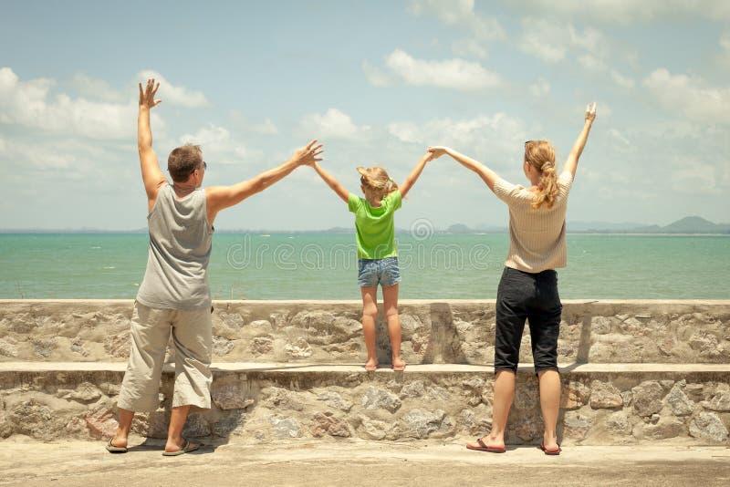 Download Szczęśliwa Rodzina Blisko Plaży Zdjęcie Stock - Obraz złożonej z rozochocony, dzień: 41953178