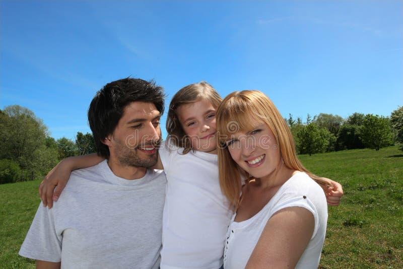 Szczęśliwa rodzina cieszy się dzień out zdjęcie stock