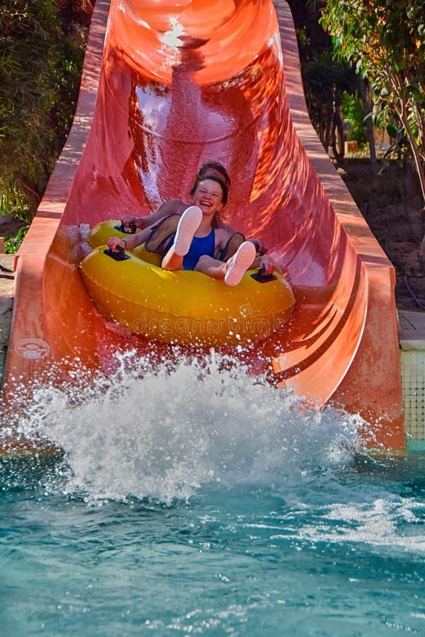 Szczęśliwa rodzina cieszy się wodnych obruszenia w Aqua parku obrazy stock