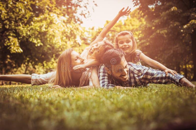Szczęśliwa rodzina cieszy się wpólnie w letnim dniu fotografia stock