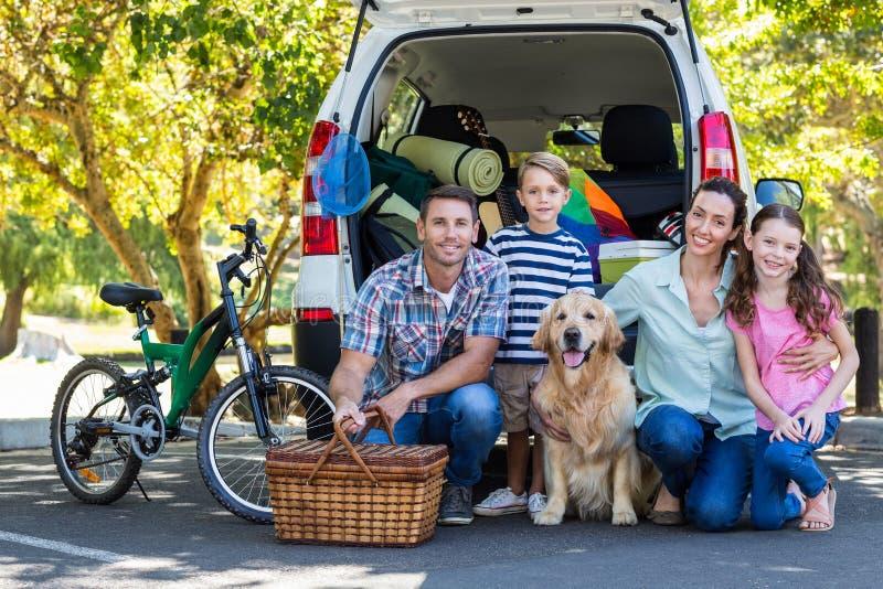 Szczęśliwa rodzina dostaje przygotowywający dla wycieczki samochodowej zdjęcie royalty free