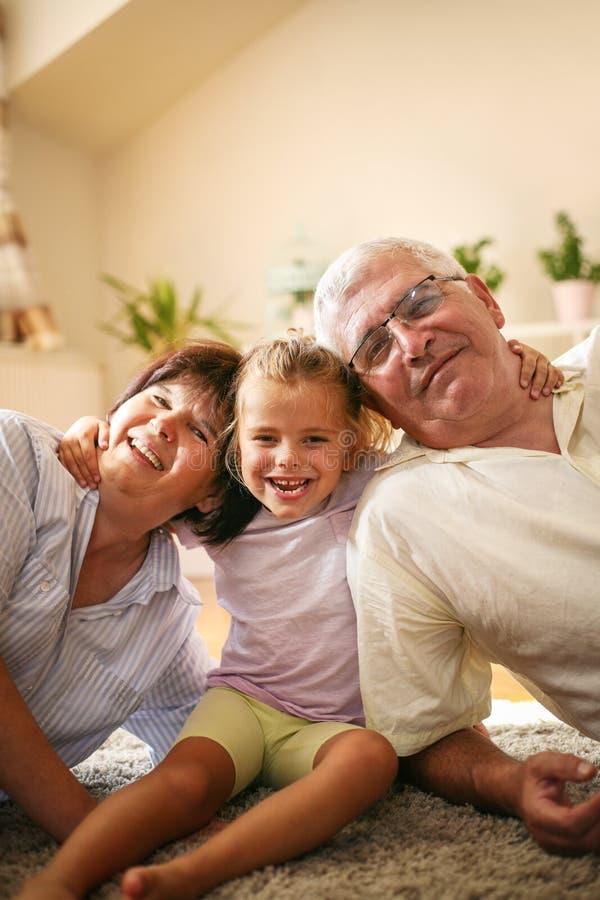 szczęśliwa rodzina Dziadkowie z wnuczką w domu fotografia stock