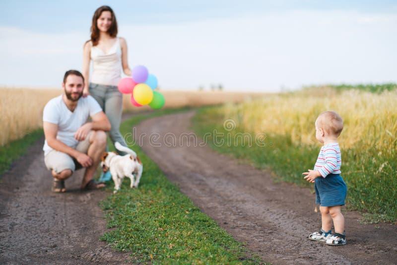 Szczęśliwa rodzina i pies cieszymy się plenerowego czas wpólnie obrazy stock