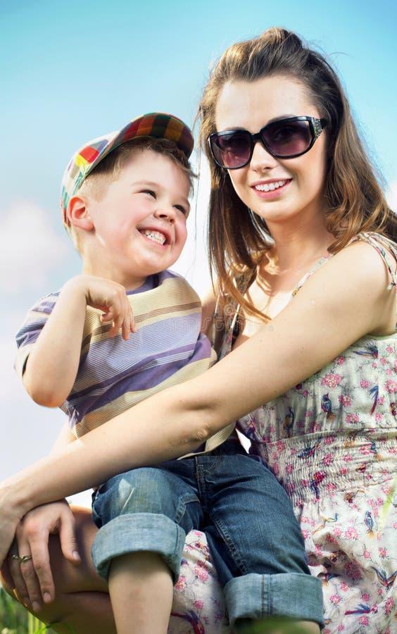 Szczęśliwa rodzina ma wielką zabawę obrazy royalty free