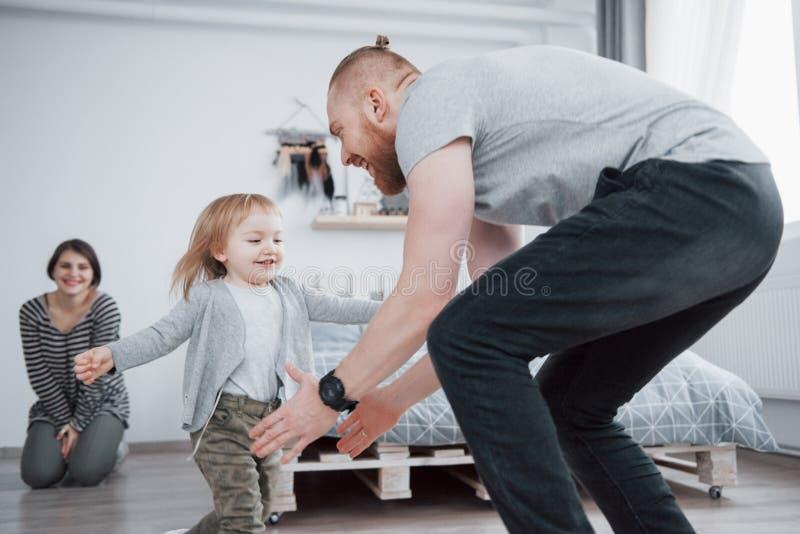 Szczęśliwa rodzina ma zabawę w domu Matka, ojciec i mała córka z mokiet zabawką, cieszymy się być wpólnie obrazy royalty free