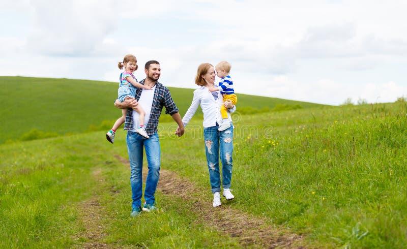 Szczęśliwa rodzina: matka, ojciec, dzieci synowie i córka na lecie, obraz stock