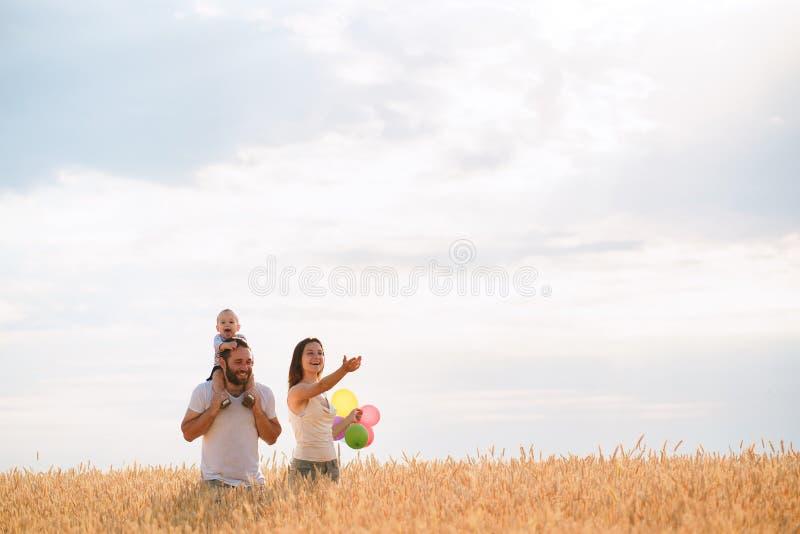 Szczęśliwa rodzina: matka, ojciec i syn na naturze, zdjęcia royalty free