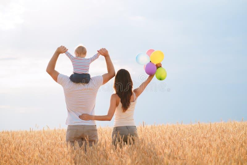Szczęśliwa rodzina: matka, ojciec i syn na naturze, obraz royalty free