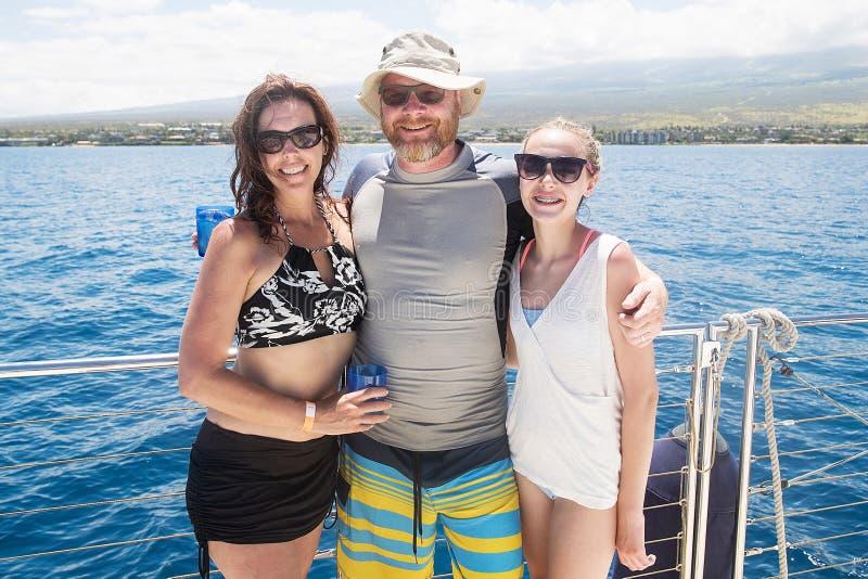 Szczęśliwa rodzina na łodzi podczas tropikalnego plaża wakacje obraz stock