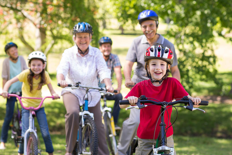 Szczęśliwa rodzina na ich rowerze przy parkiem zdjęcie royalty free