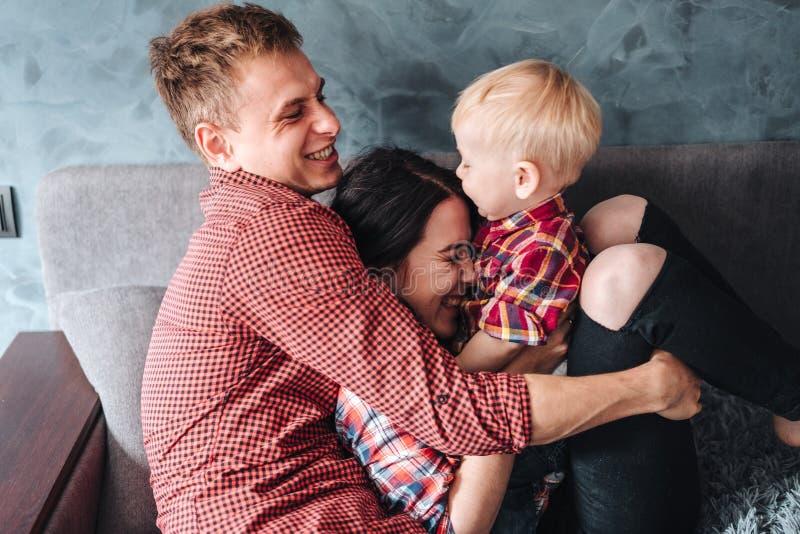 Szczęśliwa rodzina na leżance obraz royalty free