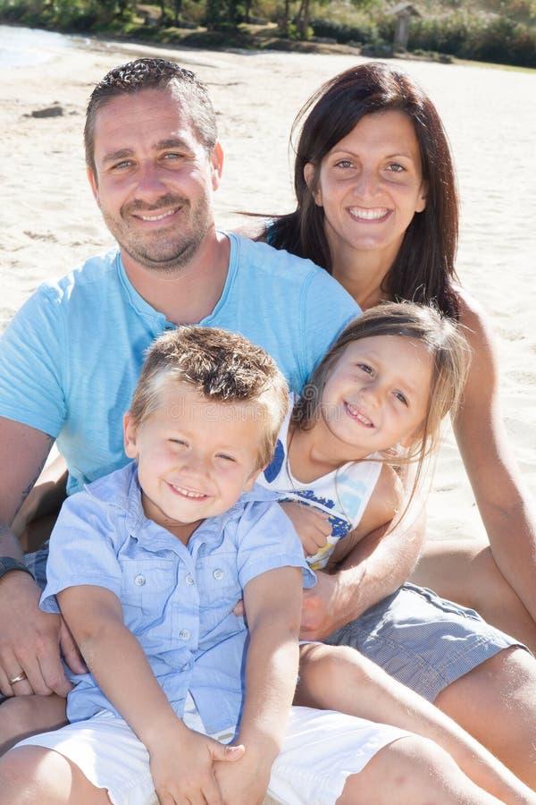 Szczęśliwa rodzina na morze plaży przy kurortem zdjęcia royalty free