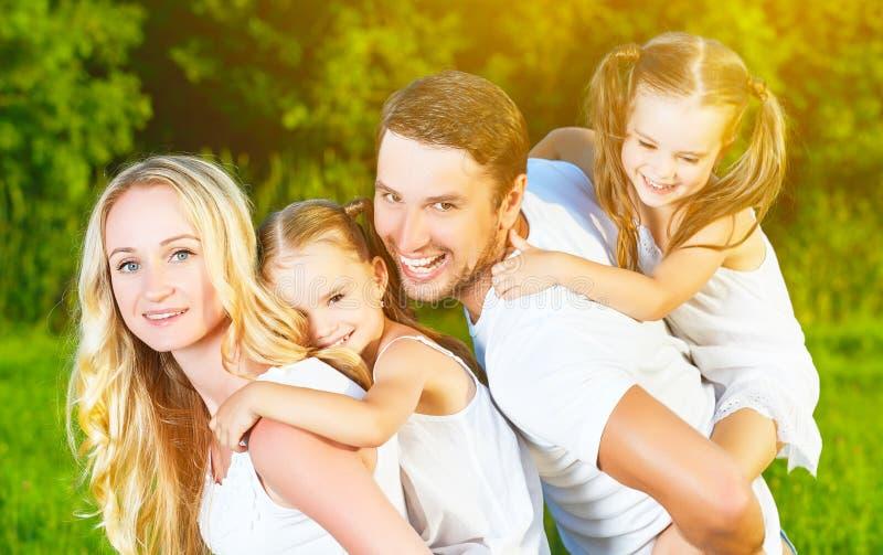 Szczęśliwa rodzina na naturze lato, matka, ojciec i dzieci, tw zdjęcia stock