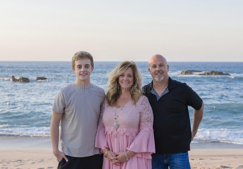 Szczęśliwa rodzina na plaży przy kurortem w Meksyk Ojciec, matka fotografia royalty free