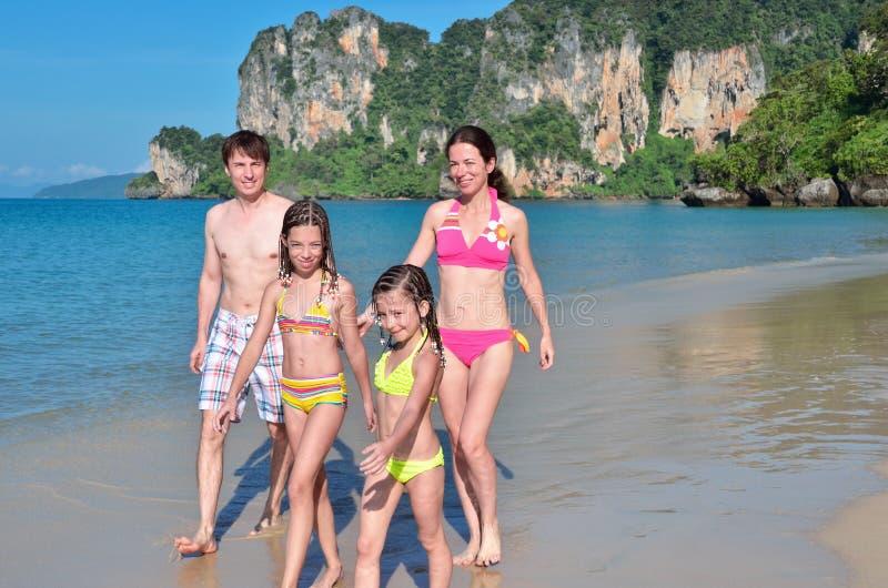 Szczęśliwa rodzina na tropikalnej plaży fotografia royalty free