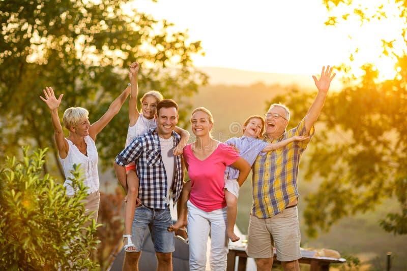 Szczęśliwa rodzina na wakacje pozuje wpólnie zdjęcie royalty free