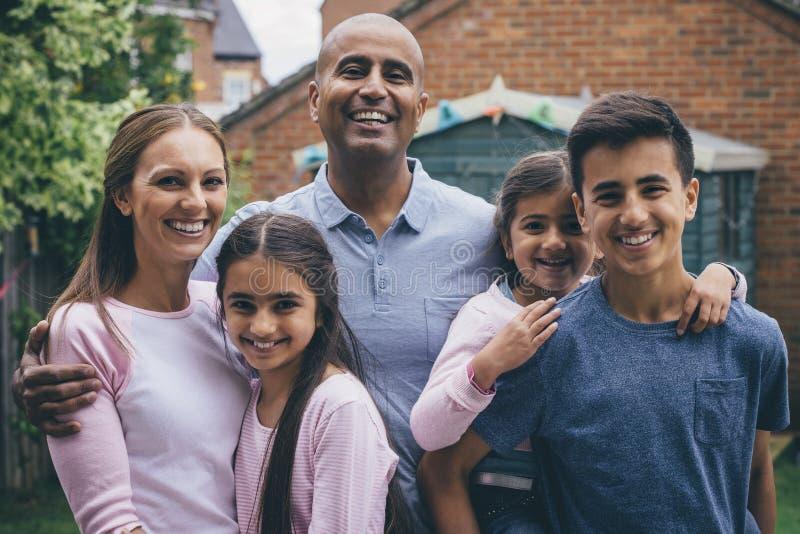 szczęśliwa rodzina na zewnątrz obraz royalty free