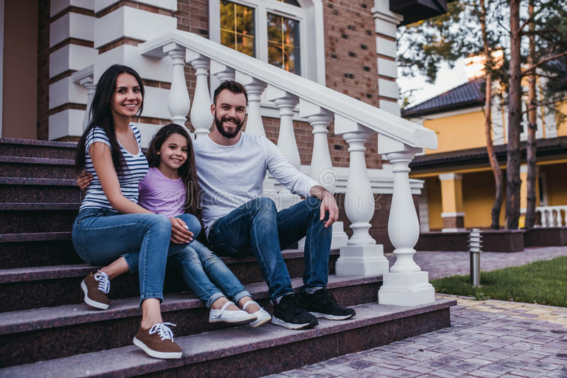 szczęśliwa rodzina na zewnątrz fotografia stock