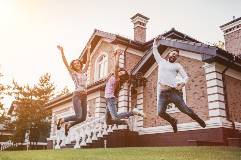 szczęśliwa rodzina na zewnątrz fotografia royalty free