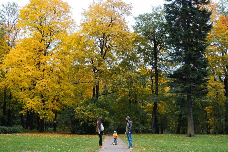 szczęśliwa rodzina na zewnątrz Matka, ojciec i dziecko na jesieni, chodzimy w parku zdjęcia royalty free