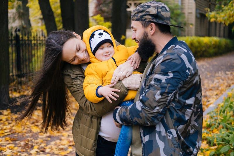 szczęśliwa rodzina na zewnątrz Matka, ojciec i dziecko na jesieni, chodzimy w parku obraz stock