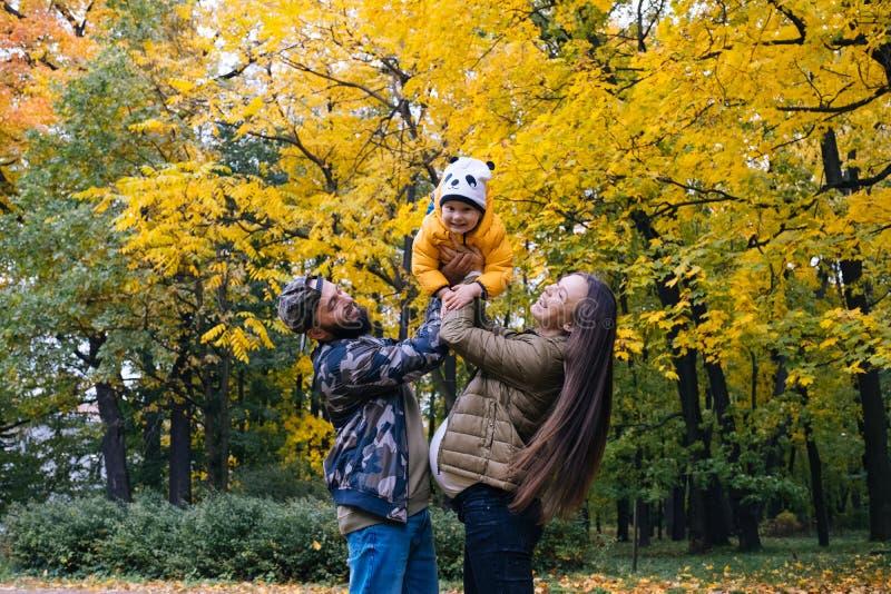 szczęśliwa rodzina na zewnątrz Matka, ojciec i dziecko na jesieni, chodzimy w parku fotografia stock