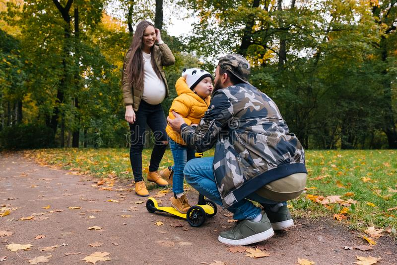 szczęśliwa rodzina na zewnątrz Matka, ojciec i dziecko na jesieni, chodzimy w parku zdjęcie royalty free