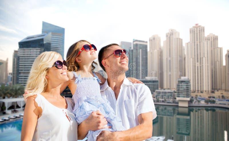 Szczęśliwa rodzina nad Dubai miasta tłem fotografia royalty free