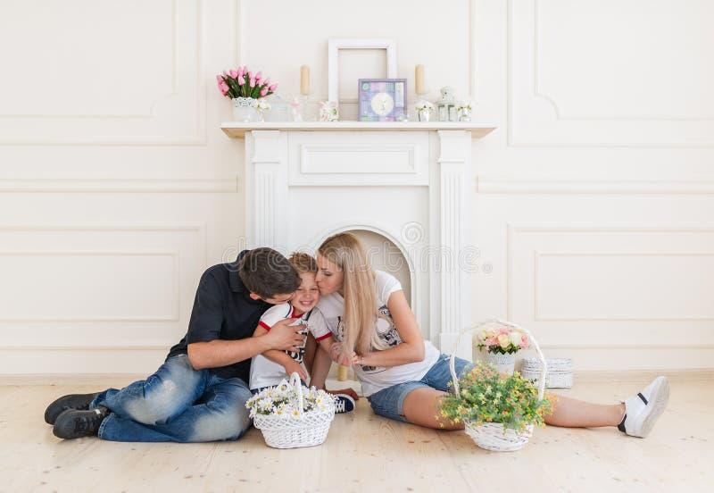 Szczęśliwa rodzina oczekuje nowego dziecka Kobieta W Ciąży z męża buziakiem mały syn obraz royalty free