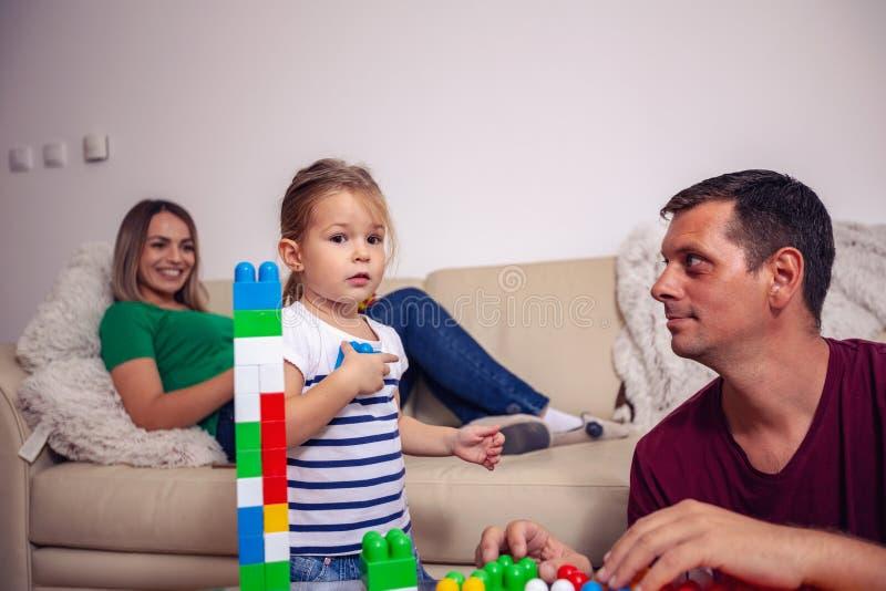 Szczęśliwa rodzina - ojca i dziecka dziewczyna bawić się wraz z educatio obraz royalty free