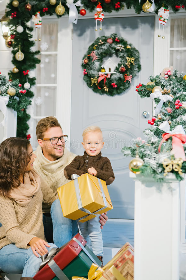 Szczęśliwa rodzina otaczająca Bożenarodzeniowymi prezentami obraz stock
