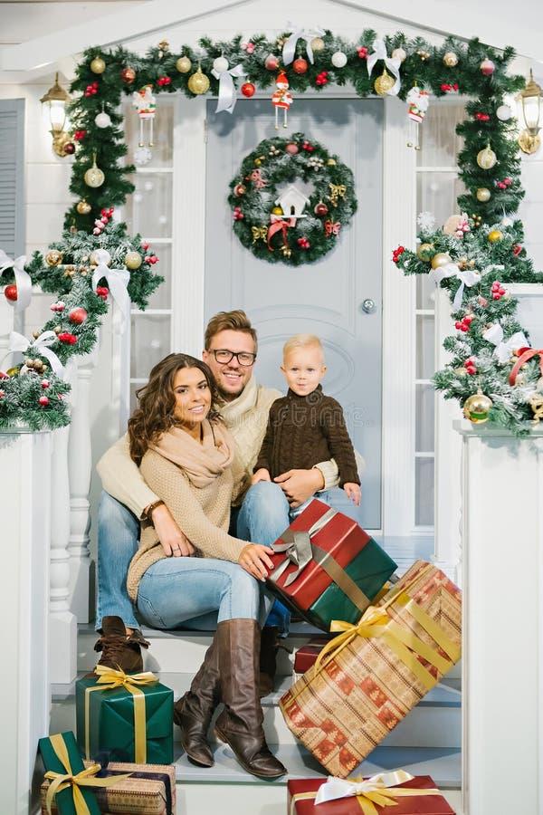Szczęśliwa rodzina, otaczająca z Bożenarodzeniowymi prezentami zdjęcie royalty free