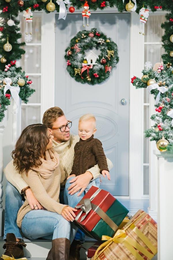 Szczęśliwa rodzina, otaczająca z Bożenarodzeniowymi prezentami obraz royalty free