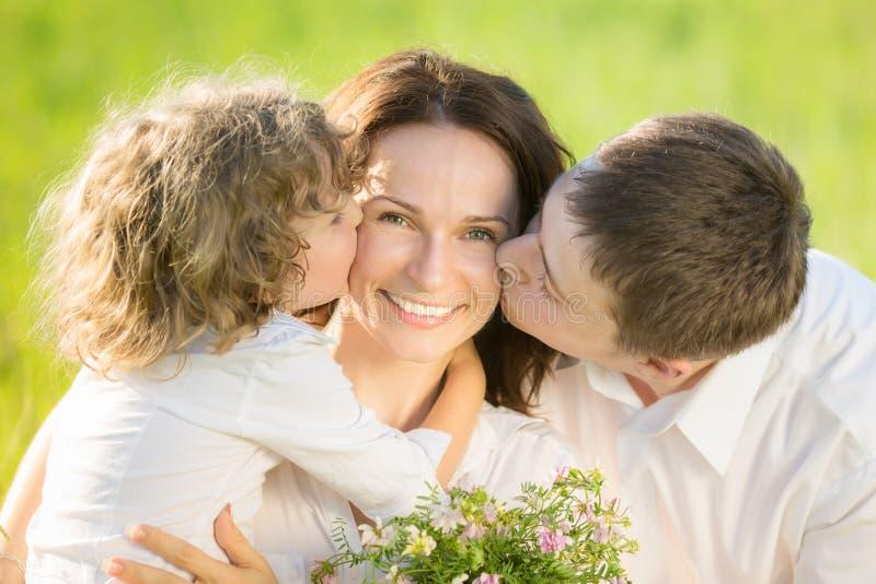 Szczęśliwa rodzina outdoors zdjęcia royalty free